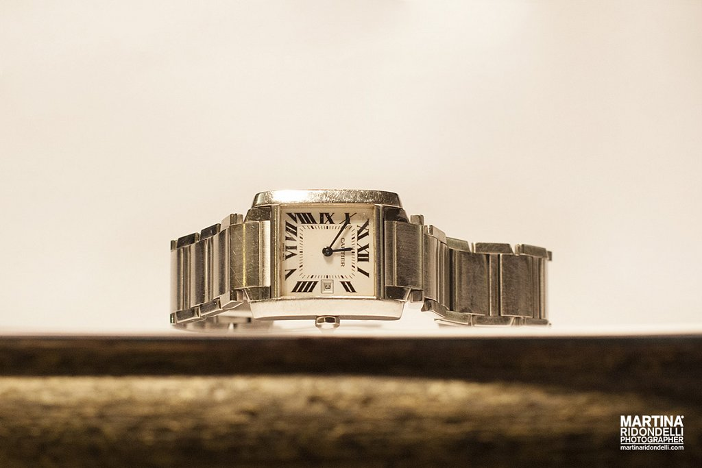 .cartier in una antica orologeria.